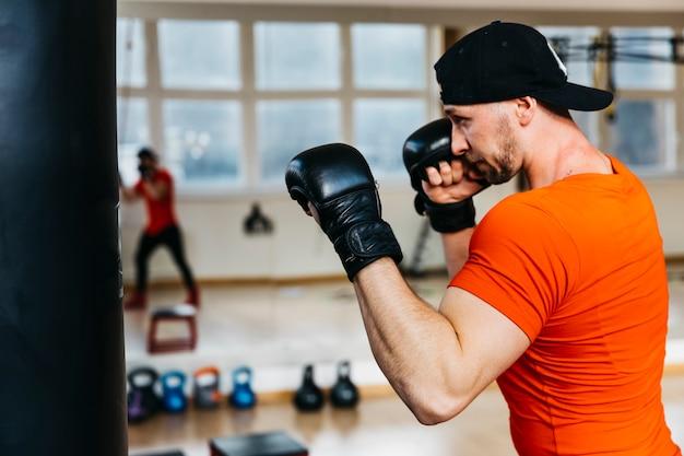 Retrato de boxeador en gimnasio Foto gratis