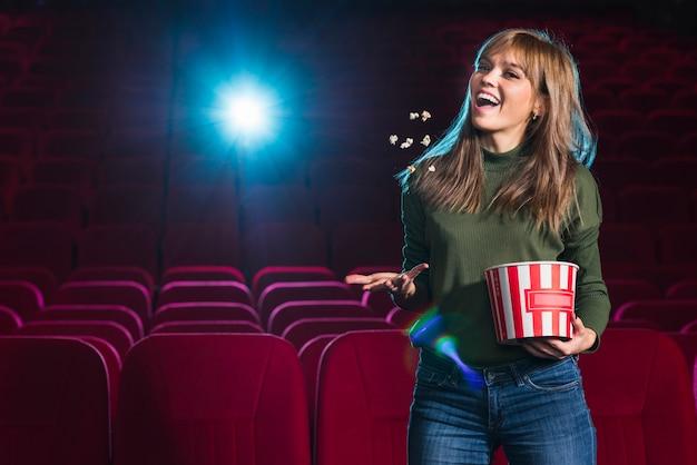 Retrato de chica en el cine Foto gratis