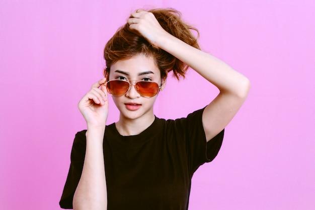 2b1fb06e70 Sol Joven Fondo Con Rosado En Retrato Chica La De Gafas Las TKlFcJ15u3