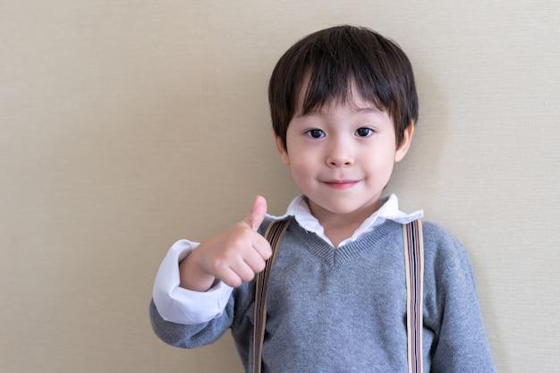 Retrato chico lindo de pie y golpear Foto gratis