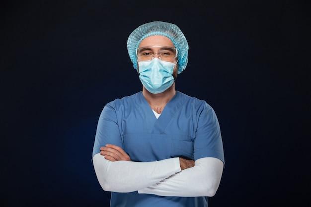 Retrato de un cirujano masculino confiado Foto gratis