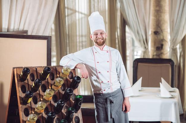 Retrato de un cocinero en un restaurante. Foto Premium