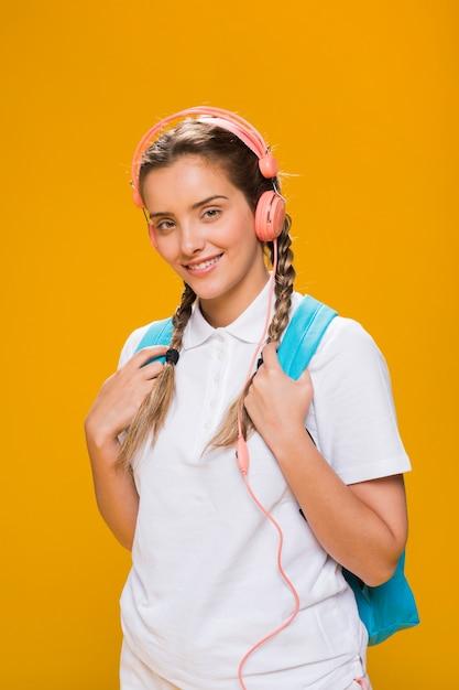 Retrato de colegiada sobre fondo amarillo Foto gratis