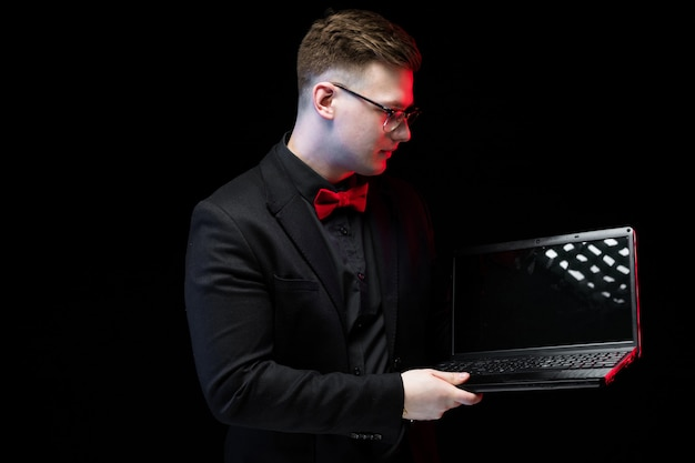 Retrato de confianza guapo ambicioso feliz elegante empresario responsable trabajando en su computadora portátil Foto Premium