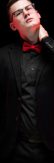 Retrato de confianza guapo elegante empresario responsable mirando a otro lado pensando Foto Premium