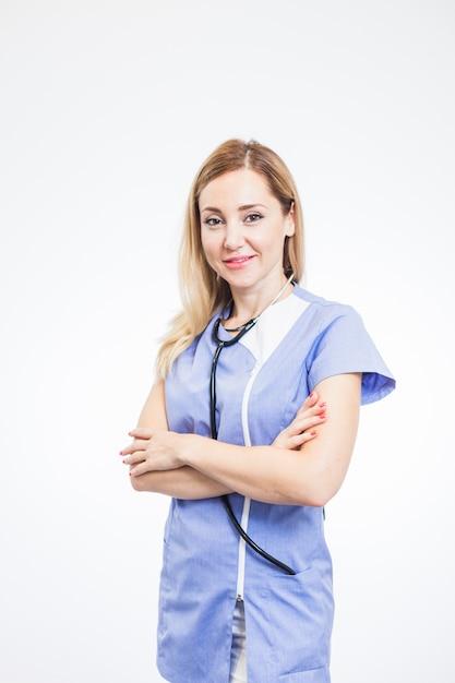 Retrato de un dentista de sexo femenino sonriente en el fondo blanco Foto gratis