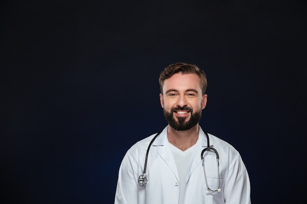 Retrato de un doctor hombre feliz Foto gratis