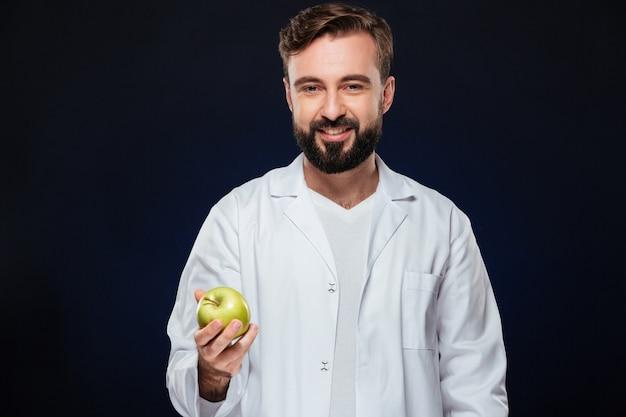 Retrato de un doctor hombre sonriente Foto gratis