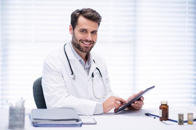 Retrato del doctor hombre usando tableta digital Foto Premium