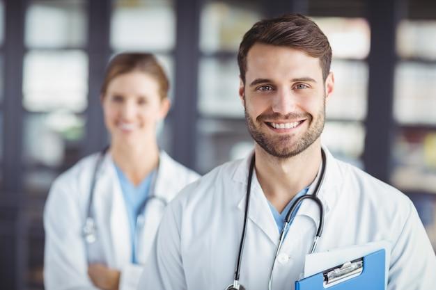 Retrato de doctores felices Foto Premium