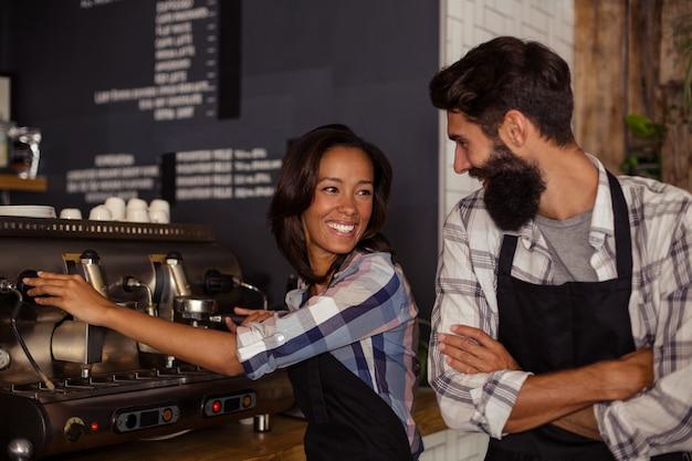 Retrato de dos camareros con una cafetera Foto Premium