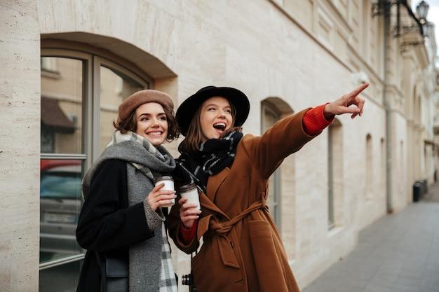 Retrato de dos chicas atractivas vestidas con ropa de otoño Foto gratis