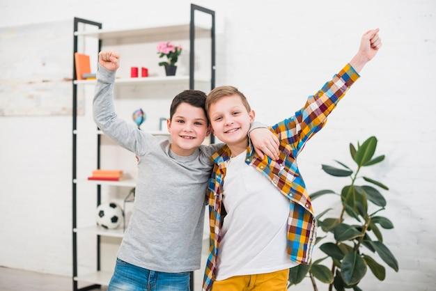 Retrato de dos niños en casa Foto gratis
