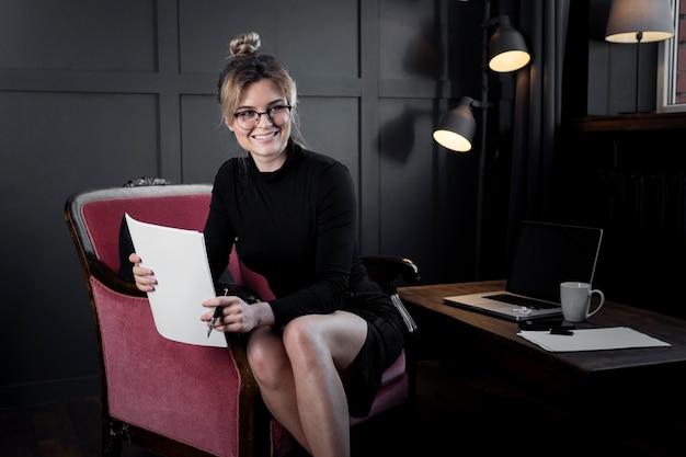 Retrato de empresaria adulta sonriendo Foto gratis