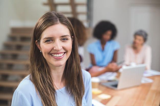 Retrato empresaria sonriendo Foto Premium
