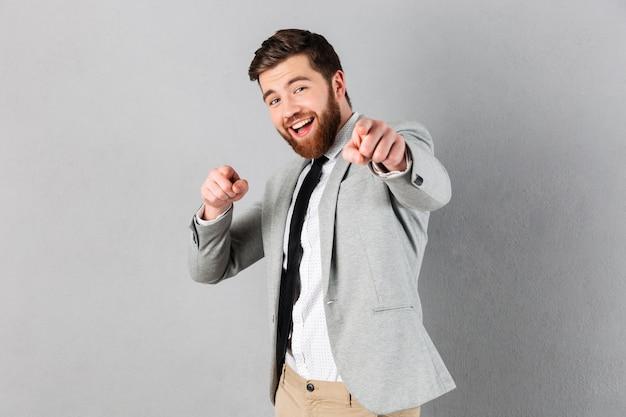 Retrato de un empresario excitado vestido con traje Foto gratis
