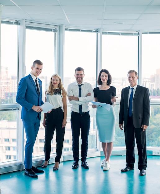 Retrato de empresarios confía en pie en la oficina Foto gratis