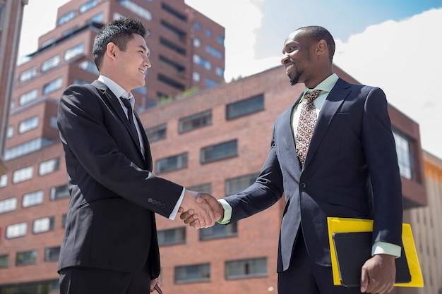 Retrato de equipo de negocios multiétnico Foto gratis