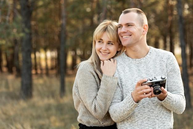 Retrato de esposa y esposo mirando a otro lado Foto gratis