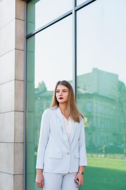 Retrato de estilo de vida de mujer de negocios Foto gratis