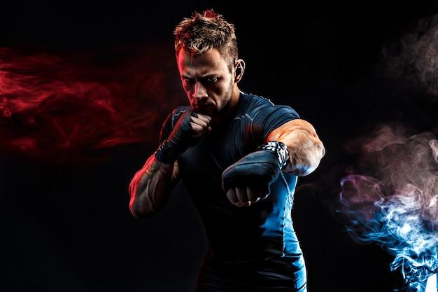 Retrato de estudio de hombre musculoso luchando Foto Premium