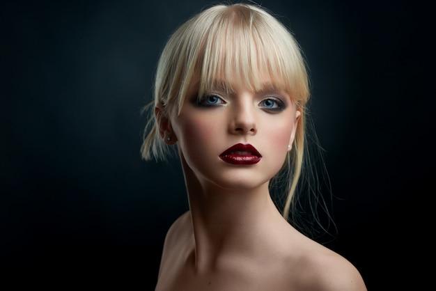 El retrato del estudio de una muchacha con tarde compone. Foto Premium