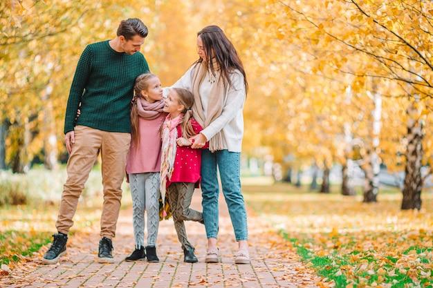Retrato de familia feliz de cuatro en día de otoño Foto Premium