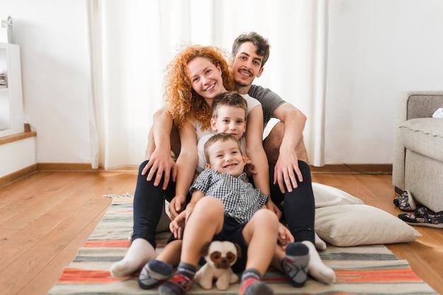 Retrato de una familia feliz sentada en la cama Foto gratis