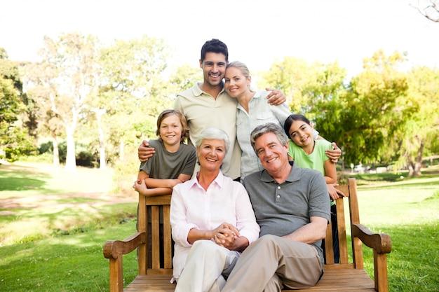 Retrato de una familia feliz Foto Premium