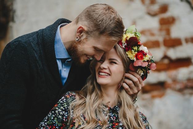 Retrato de familia, pareja expactante. hombre abraza tierna mujer embarazada Foto gratis