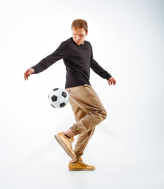 Un retrato de un fanático con pelota estilo libre Foto gratis
