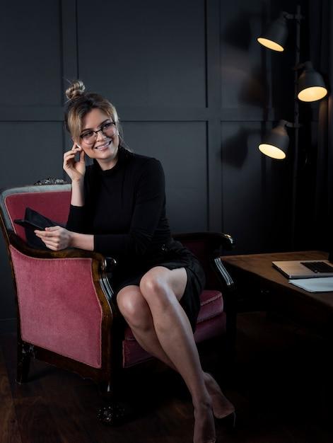 Retrato de feliz empresaria en la oficina Foto gratis