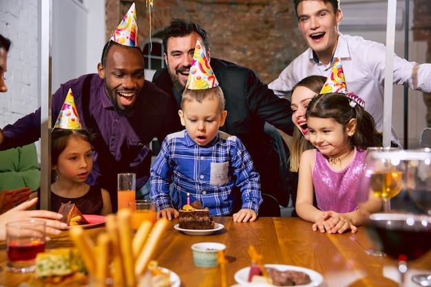 Retrato de feliz familia multiétnica celebrando un cumpleaños en casa Foto gratis