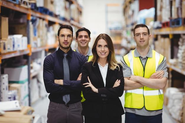 Retrato de gerente de almacén y trabajadores en almacén Foto Premium