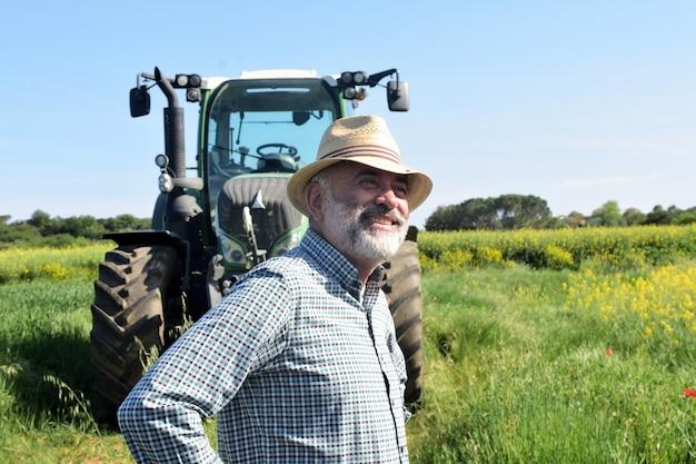 Retrato de un granjero en el campo Foto Premium