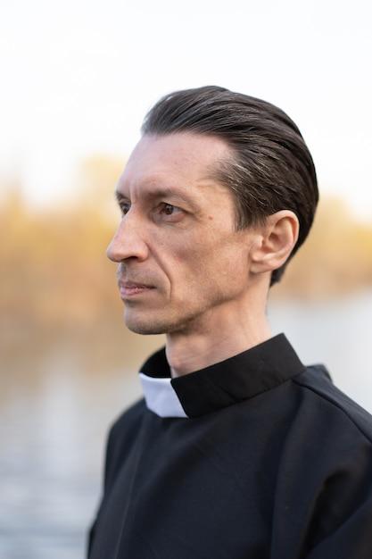 Retrato de guapo sacerdote católico o pastor con collar Foto Premium