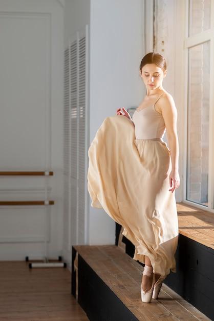 Retrato de hermosa bailarina de ballet Foto gratis