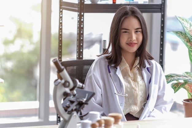 Retrato de hermosa doctora en la oficina Foto Premium