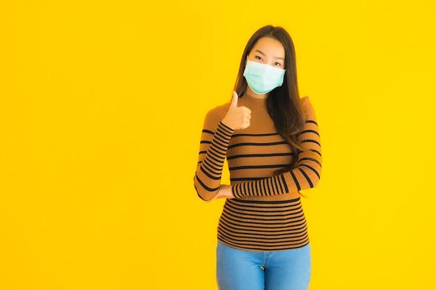 Retrato hermosa joven asiática con máscara en muchas acciones para proteger contra coronavirus o covid19 Foto gratis