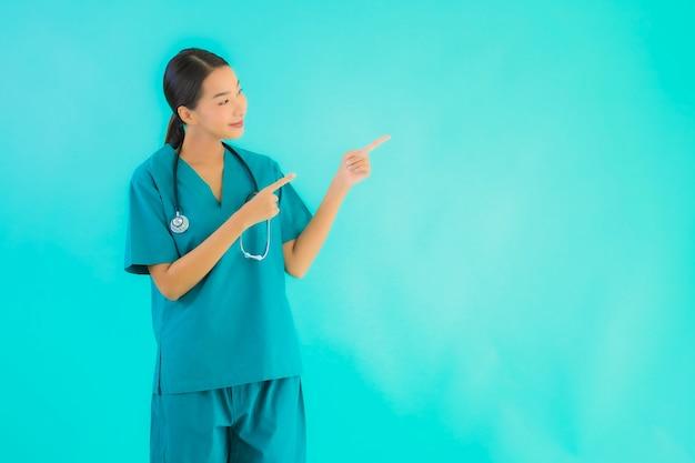 Retrato hermosa joven médico asiático mujer feliz sonrisa Foto gratis
