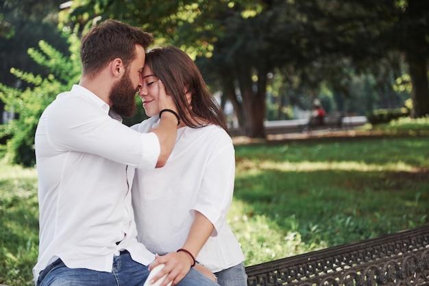 Retrato de una hermosa joven pareja sonriendo juntos. Foto gratis