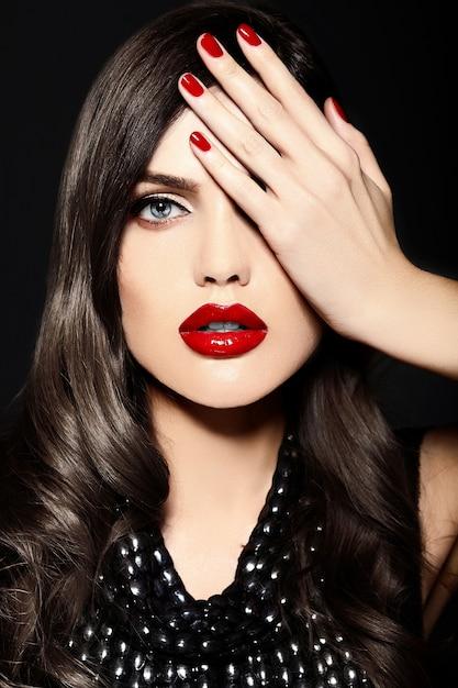 Retrato de la hermosa modelo de mujer joven caucásica con estilo sexy con labios rojos Foto gratis