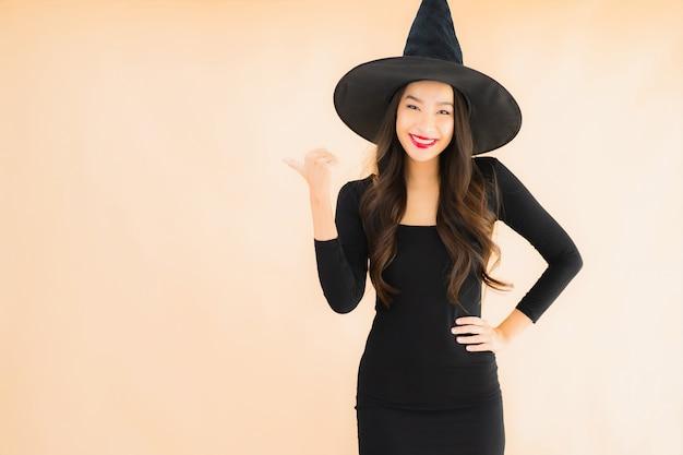 Retrato hermosa mujer asiática joven llevar disfraz de halloween Foto gratis