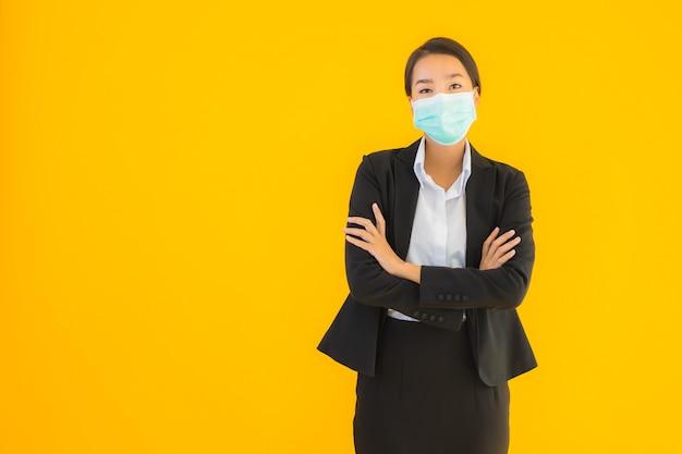 Retrato hermosa mujer asiática joven usar máscara para proteger covid19 Foto gratis