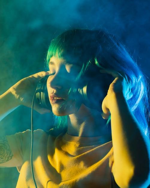 Retrato hermosa mujer dj con auriculares Foto gratis