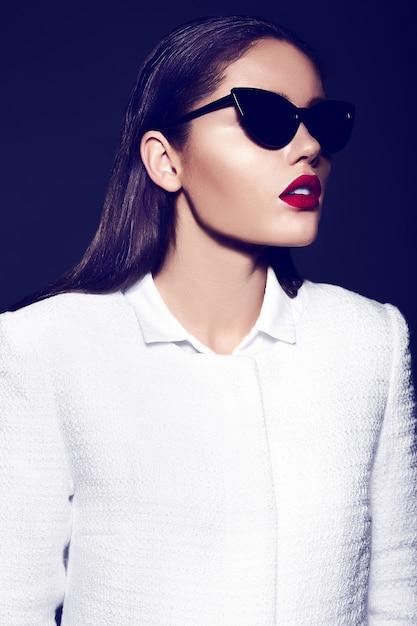 Retrato de hermosa mujer elegante con labios rojos Foto gratis