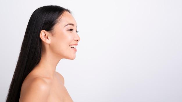 Retrato de hermosa mujer feliz mirando a otro lado Foto gratis