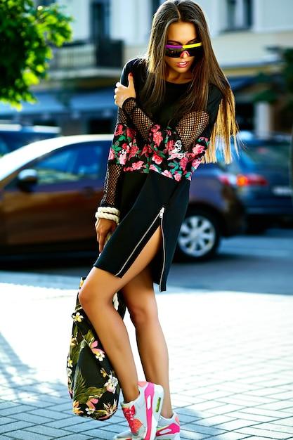 Retrato de hermosa mujer joven con estilo en la calle después de ir de compras Foto gratis