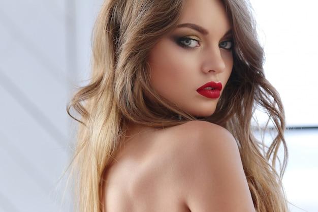 Retrato hermoso de la mujer Foto gratis