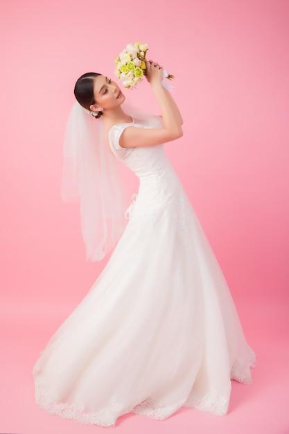 Retrato hermoso de la novia asiática en rosa Foto gratis